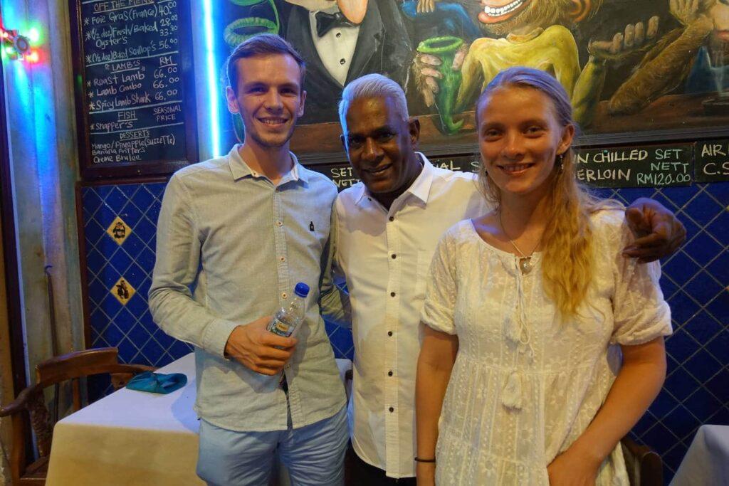 """Inhaber des """"Brass Monkeys"""" in Kota Kinabalu mit uns zusammen. Eines der gehobenen Restaurants in KK."""