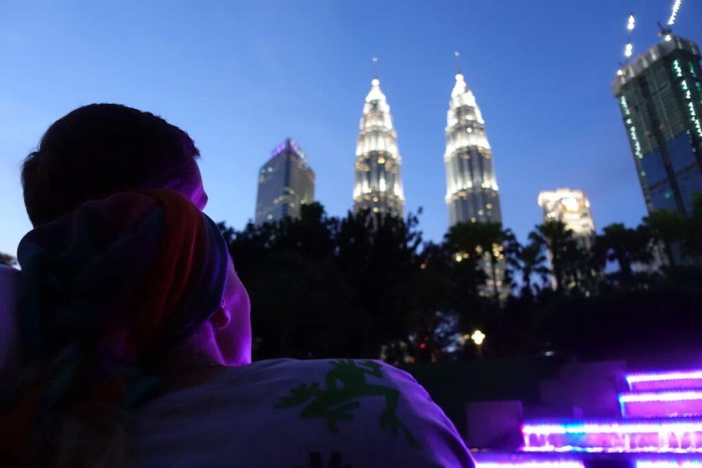 Petronas Towers ist der Name eines vom Mineralölkonzern Petronas gebauten Wolkenkratzerpaares in Kuala Lumpur, der Hauptstadt Malaysias. Mit insgesamt 452 Metern Höhe überragen die Zwillingstürme die Stadt.
