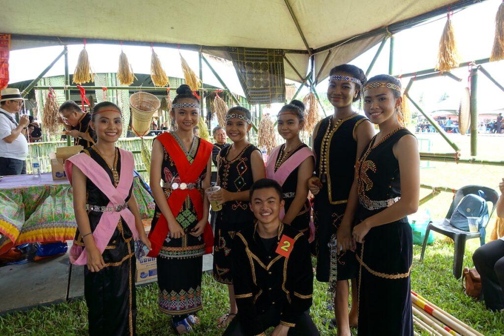 Hier waren wir auf dem Erntedankfest unterwegs, welches die Einwohner mit ihren traditionellen Gewändern feiern.