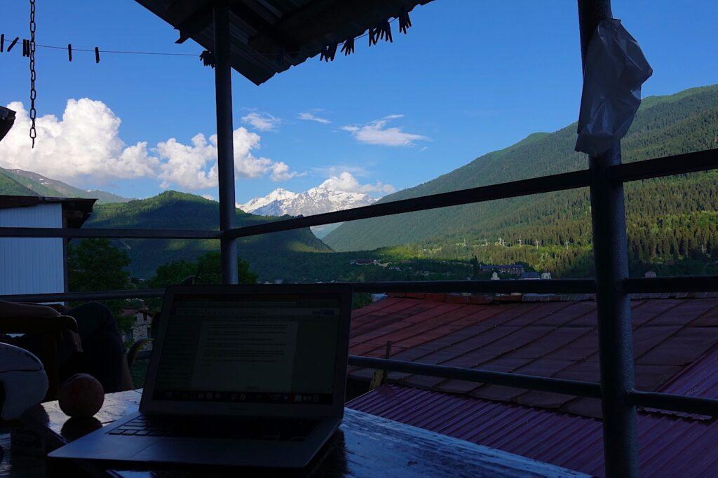 Ausblick von meinem Arbeitsplatz in Mestia. Im Hintergrund ist der 4.858 m hohe Tetnuldi zu sehen.