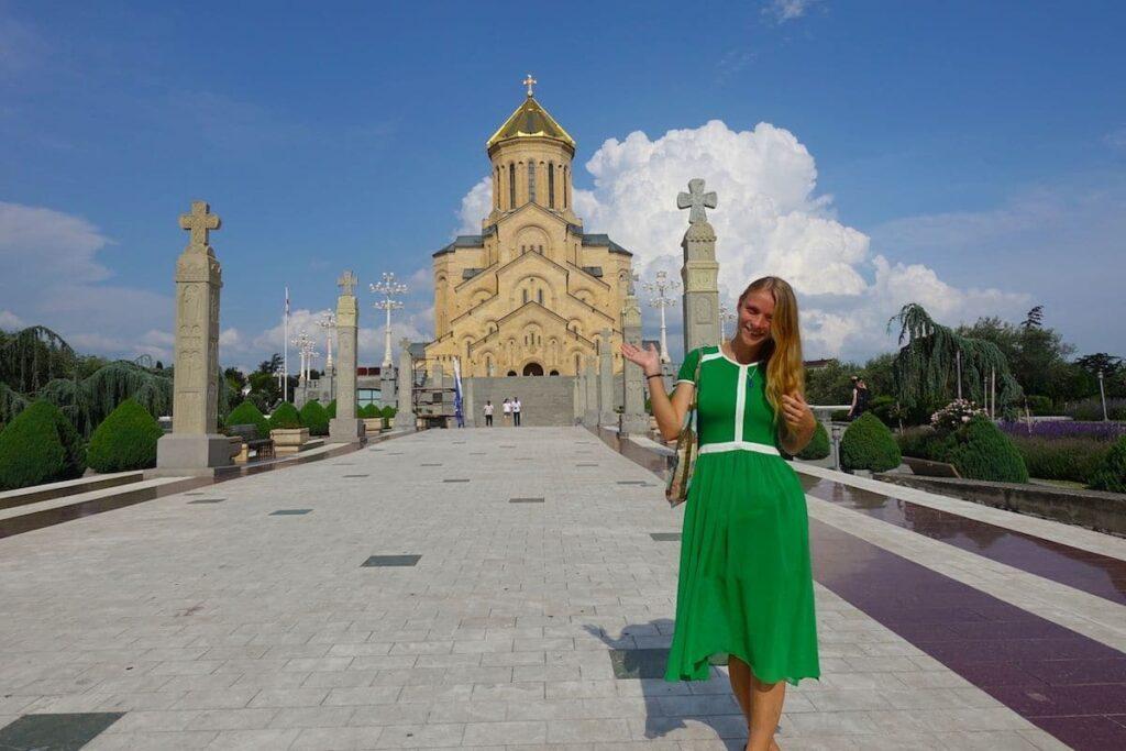 Dora vor der Sameba-Kathedrale in Tiflis
